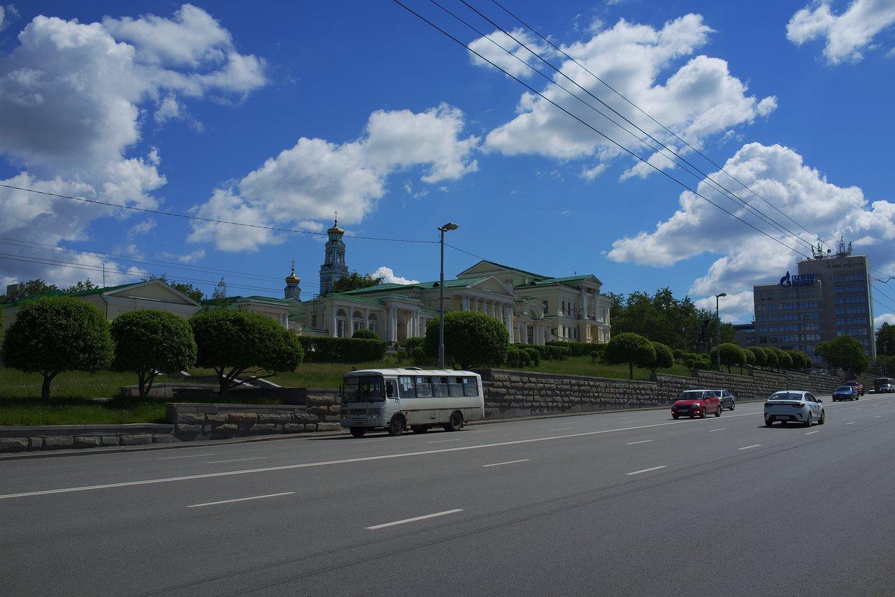 エカテリンブルクの血の上の聖堂の道路を挟んで反対側にある宮殿