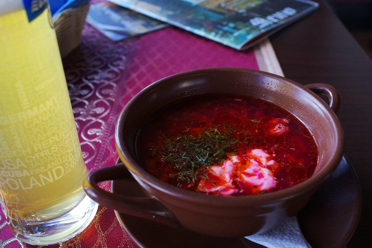 ロシア名物のボルシチとチェコビール