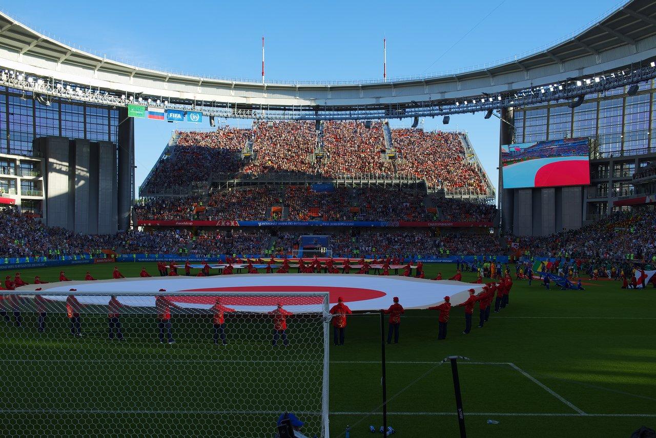 国旗がピッチに広げられての国歌斉唱