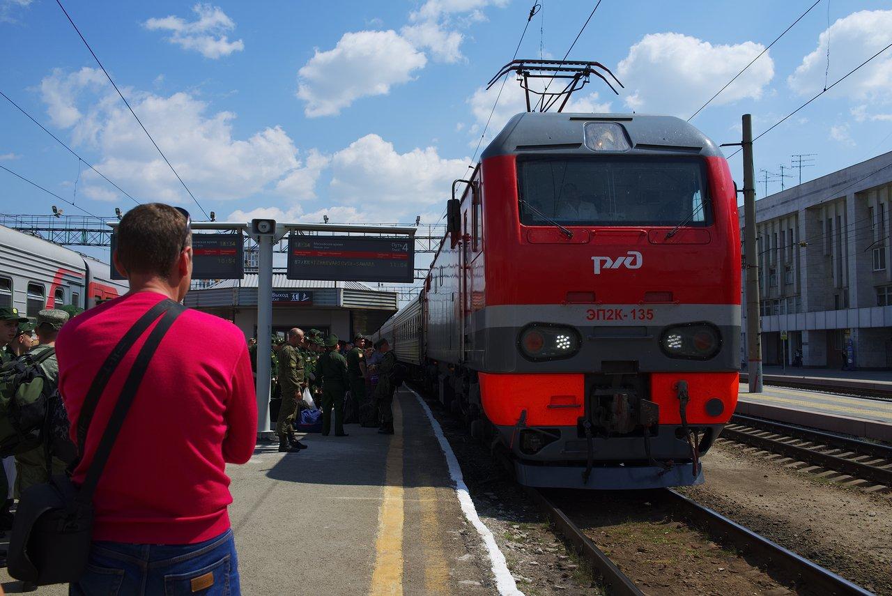 エカテリンブルク旅客駅のホームに電車が到着