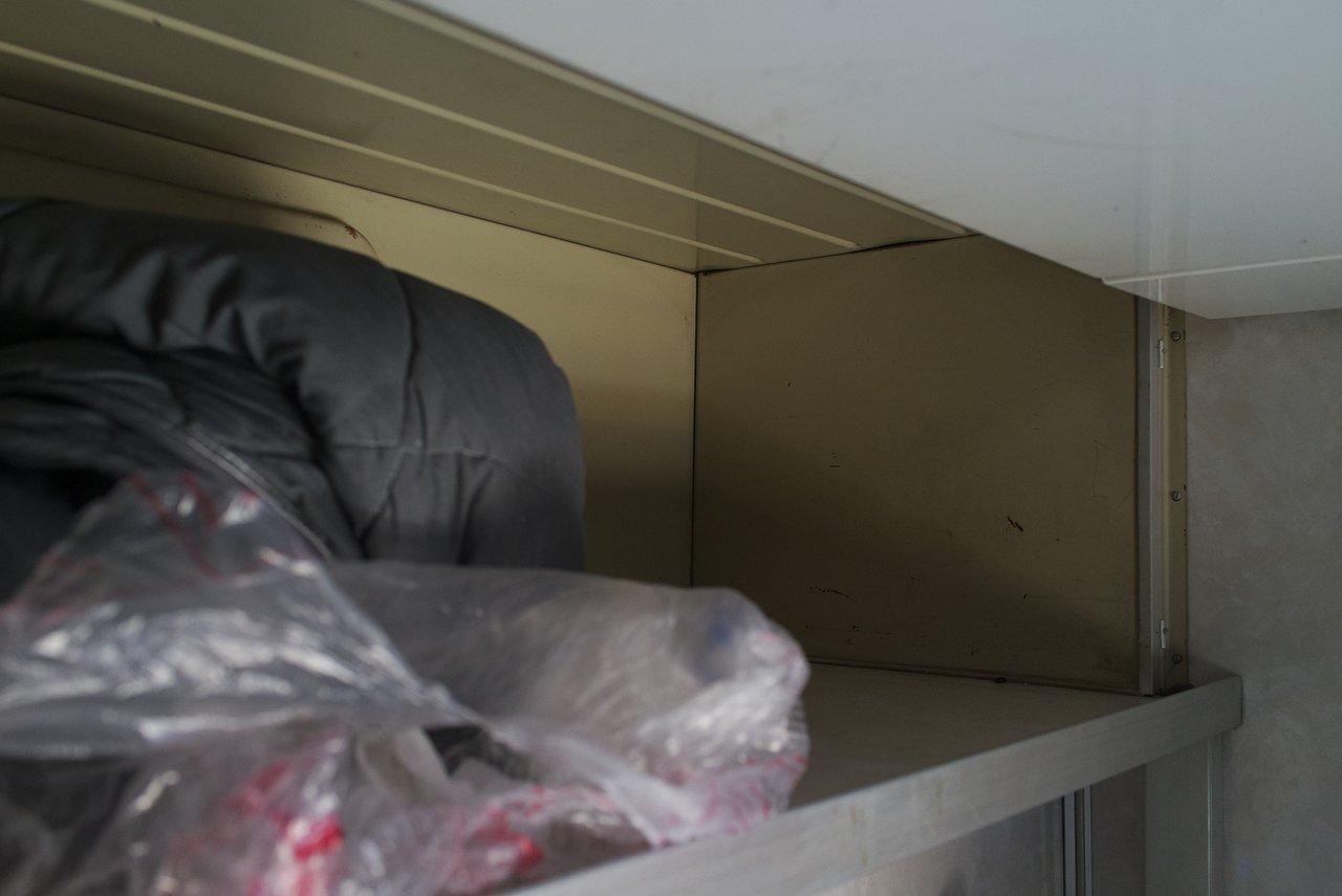 2等車両のコンパートメント内上段の荷物置き場
