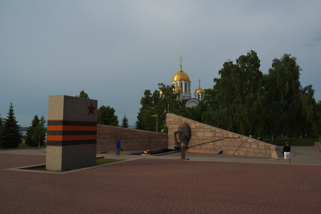 戦没者の慰霊碑と教会