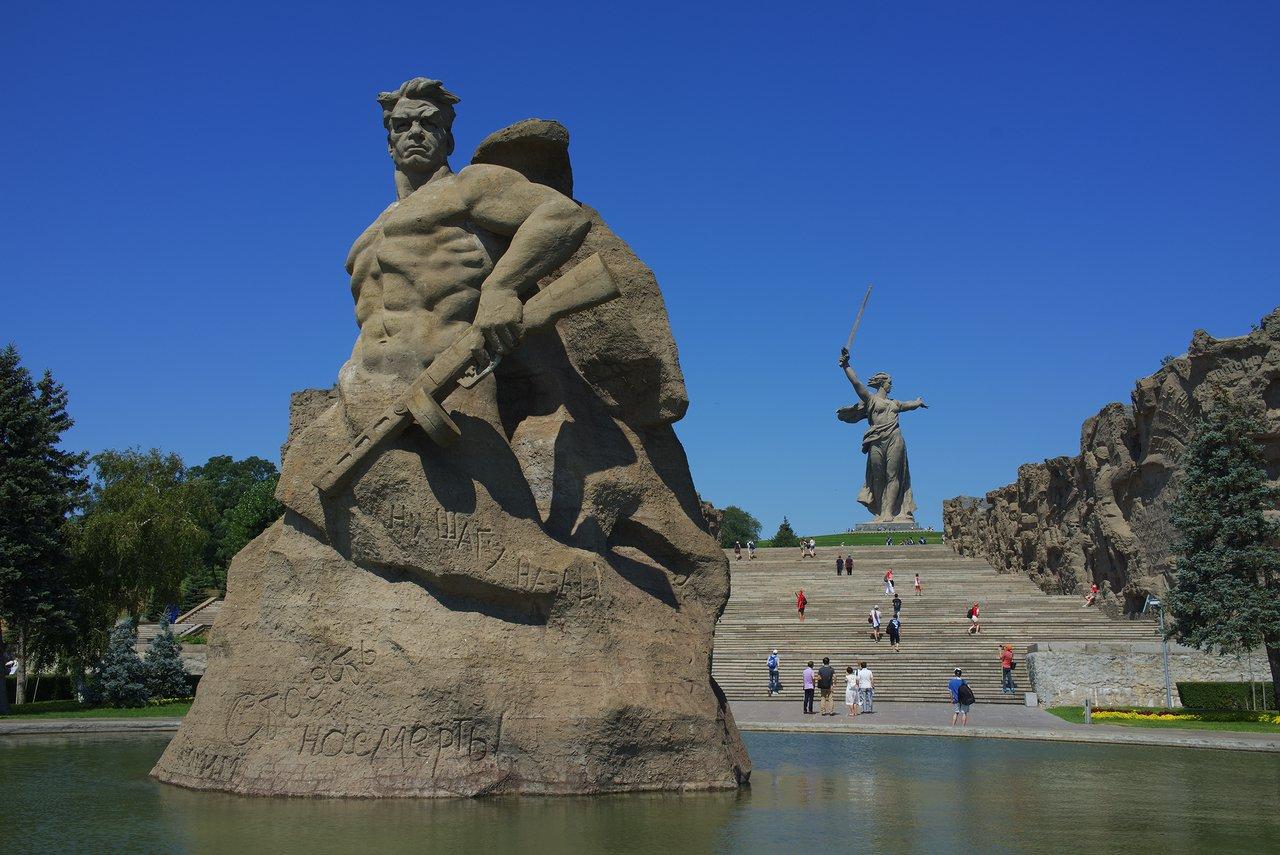かなり大きな石像です