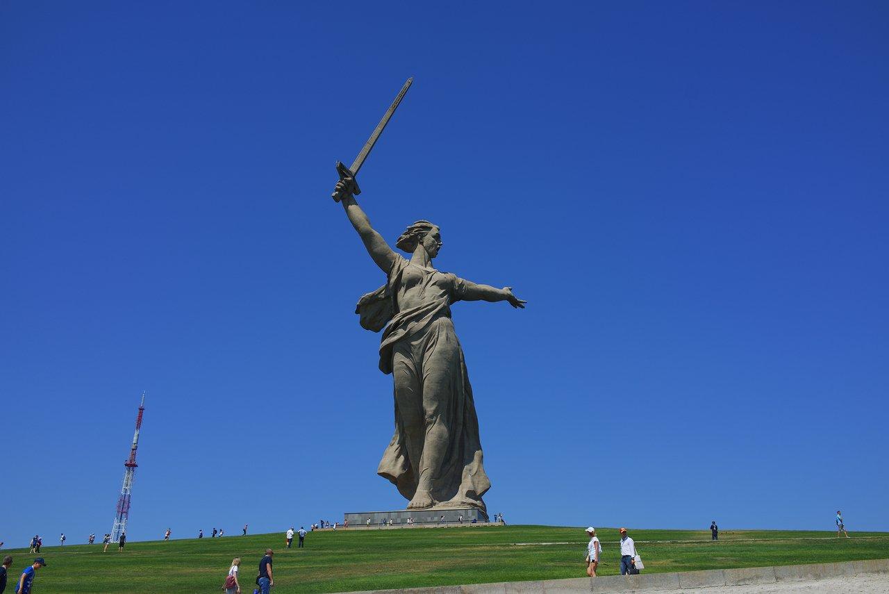 近づいてみるととてつもなく巨大な石像でした