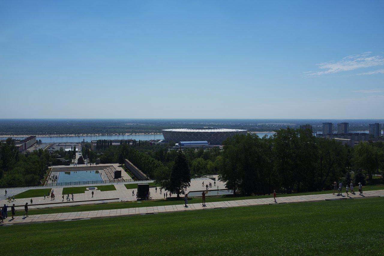 丘の上からはヴォルガ川とヴォルゴグラードアリーナが見えます