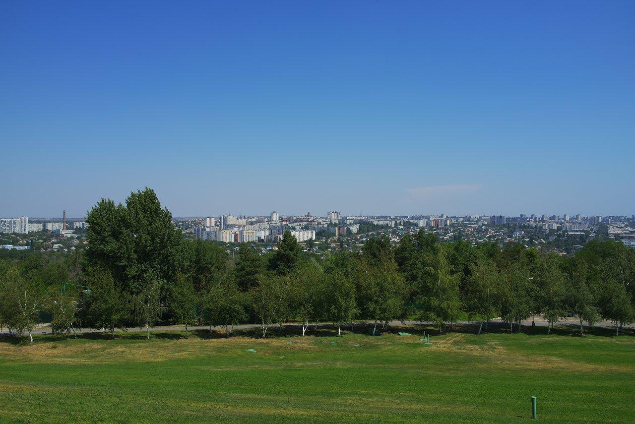 丘の向こう側には市街地が広がっています