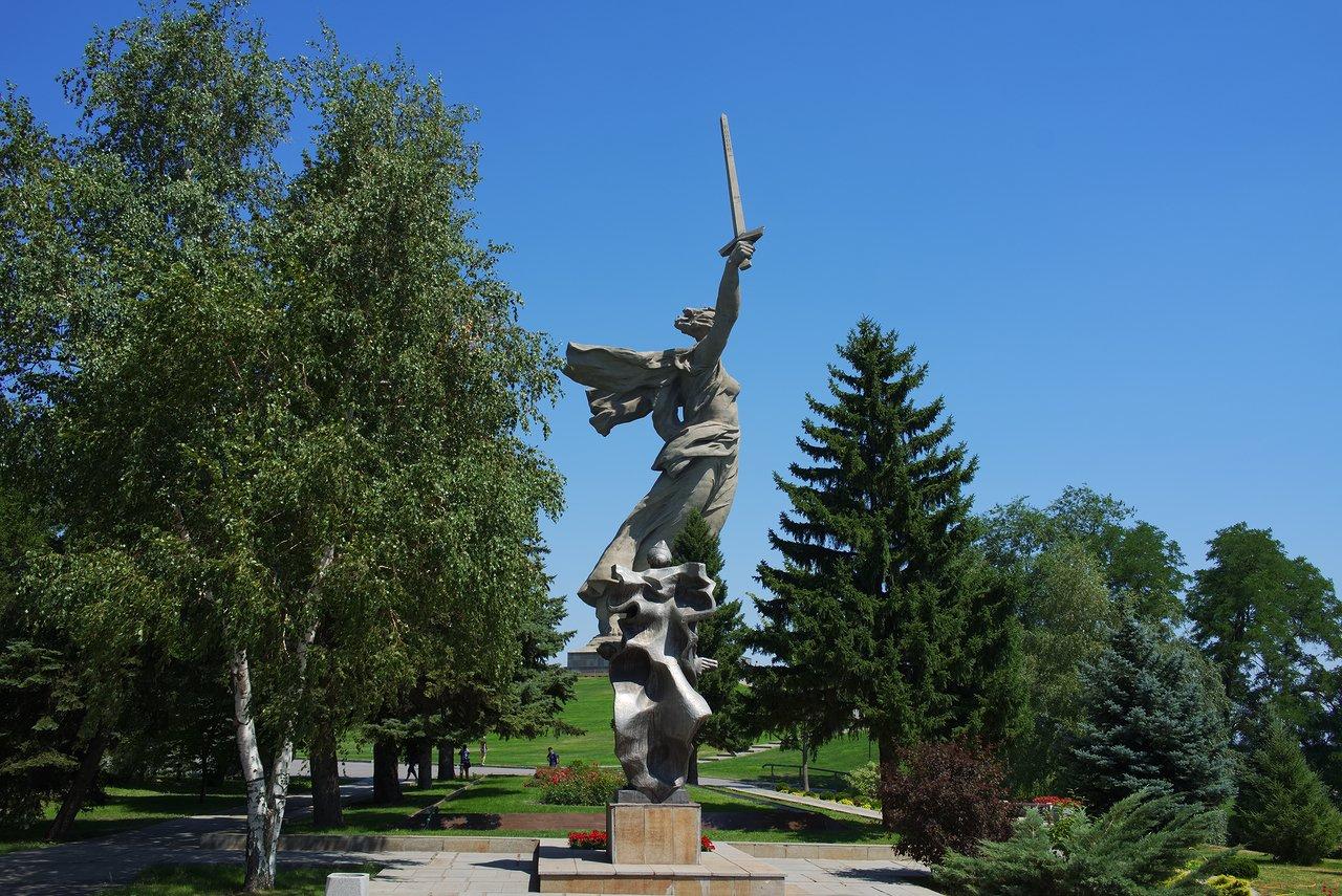教会側から見た女性兵士の石像