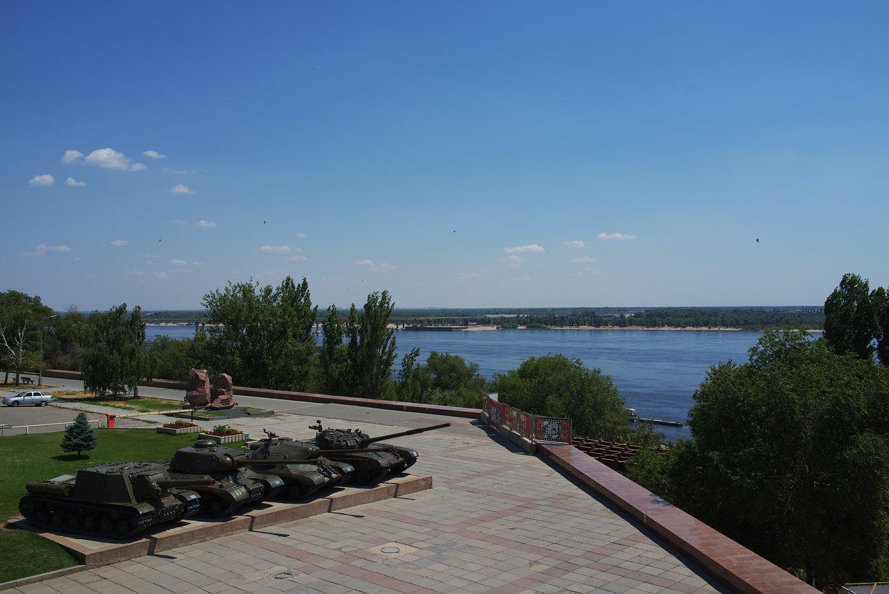 雄大なヴォルガ川と戦車