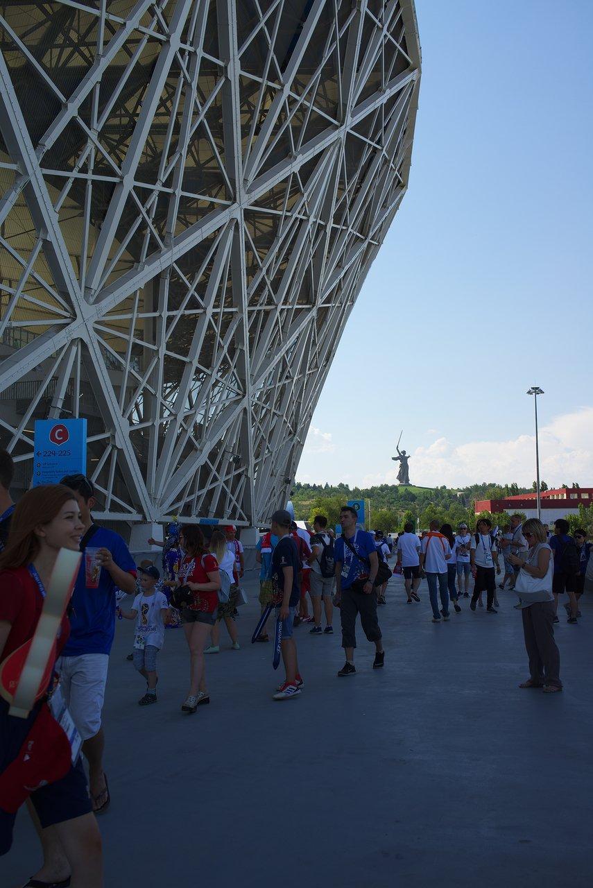 スタジアムのコンコースからママエフ・クルガンが見えます