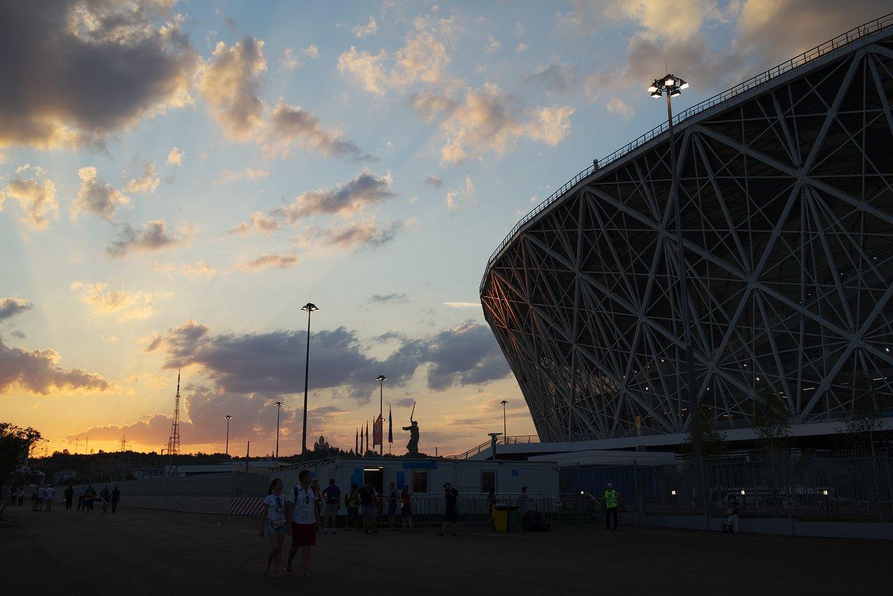 夕焼けのスタジアムとママエフ・クルガン