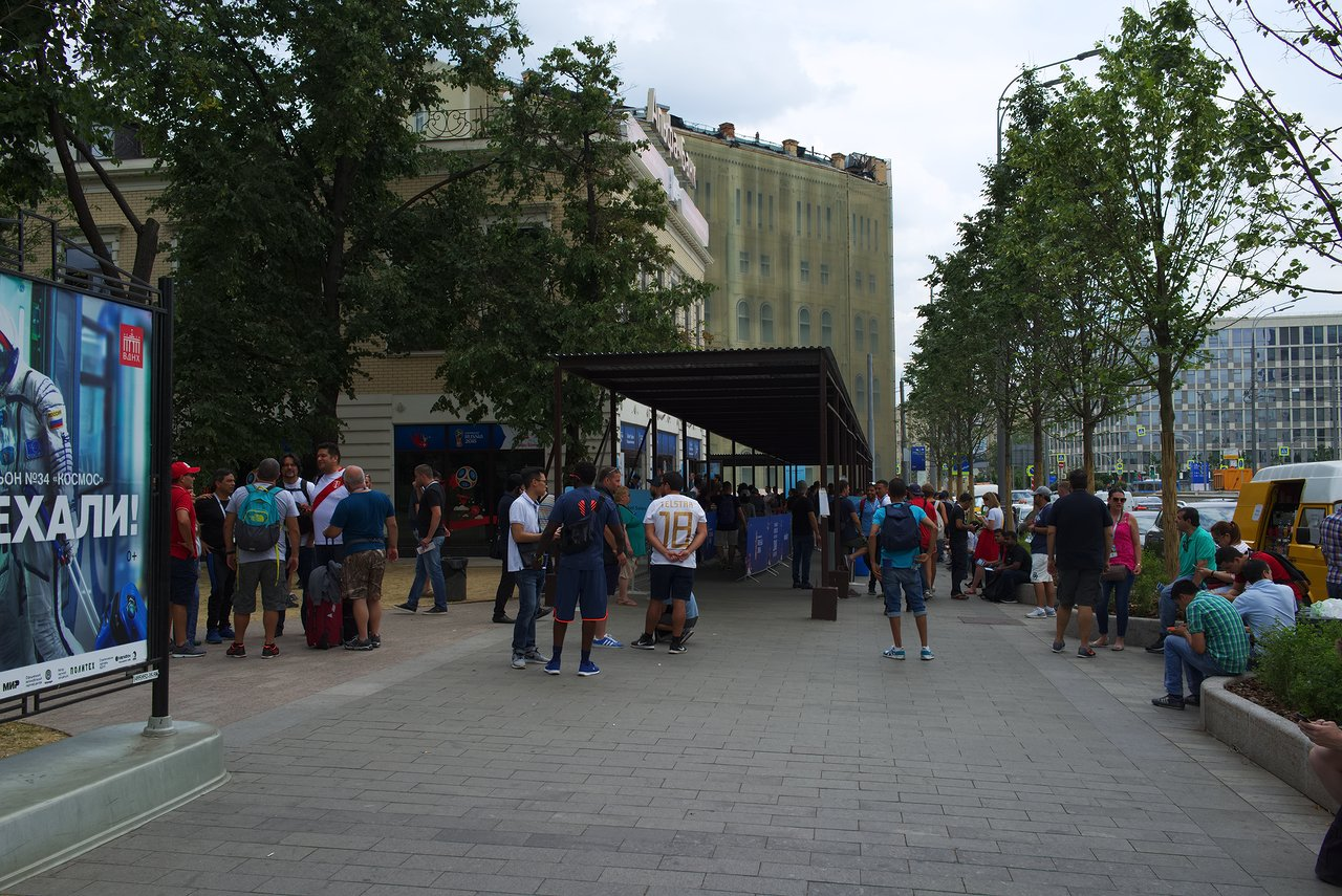 モスクワのチケットセンターは各国のサポーターで大賑わい