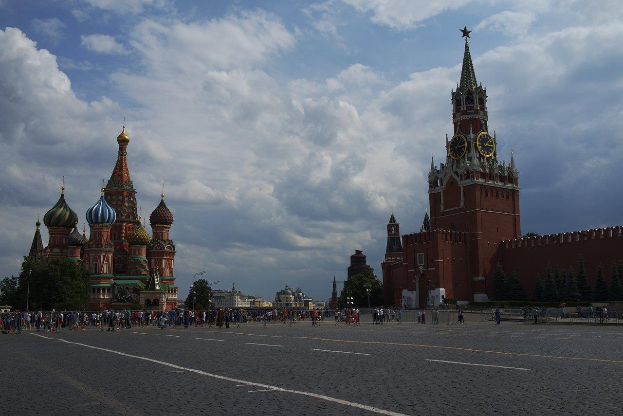 聖ワシリイ大聖堂(左)とクレムリン(右)