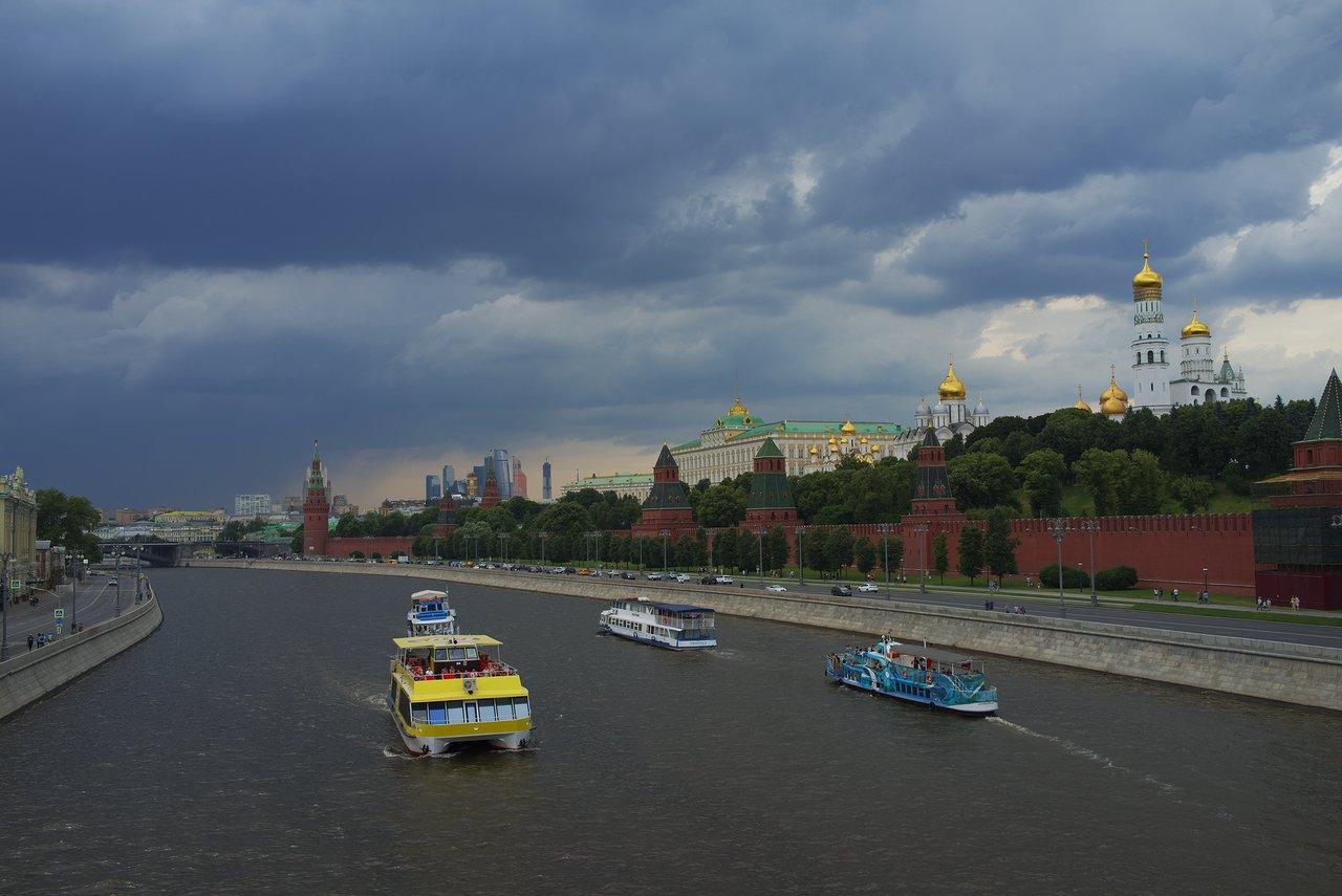 モスクワ川とクレムリン(右側)