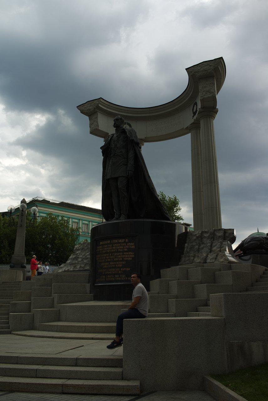 アレクサンドル2世の銅像