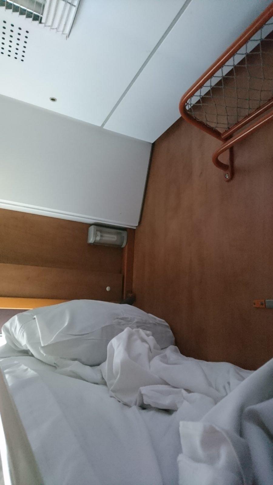 寝台列車(2等)の上段ベッド