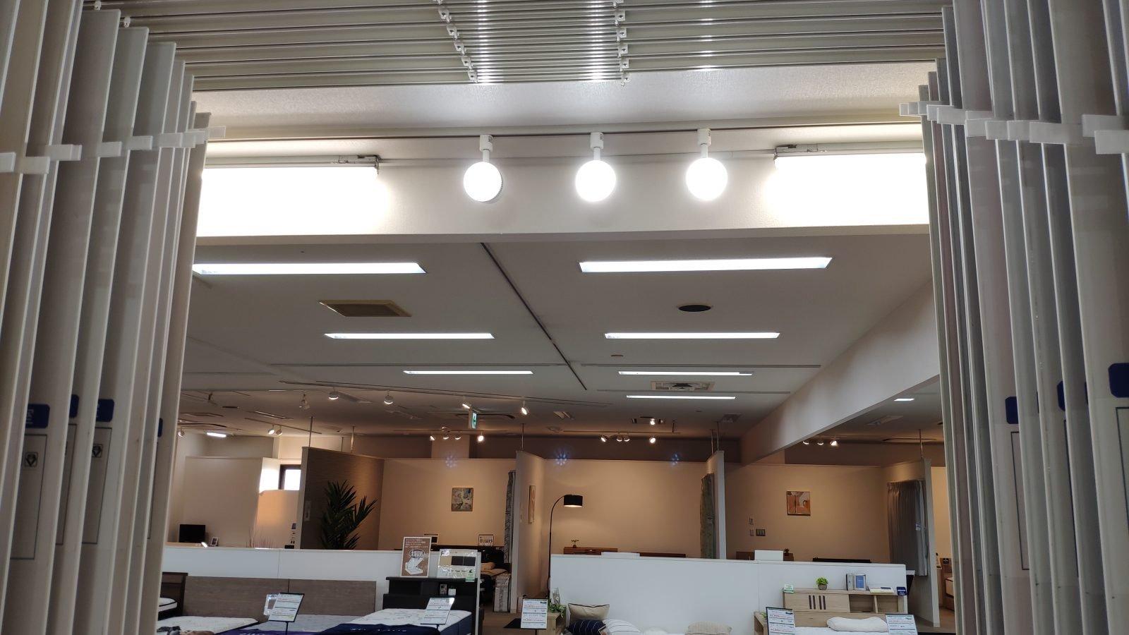 クロスの展示コーナーの照明の色は昼白色でした