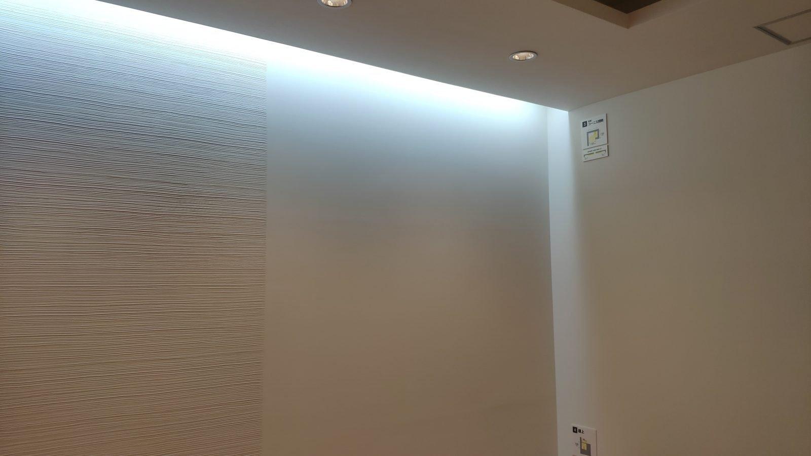 昼白色のコーニス照明(実際は全体的にもっと明るく見えます)