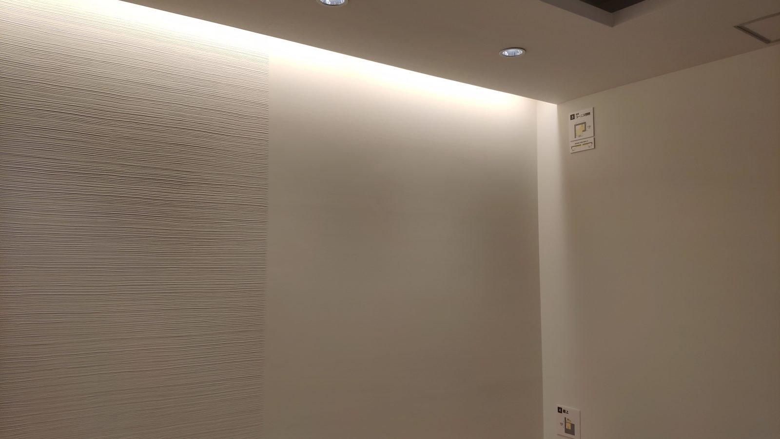 電球色のコーニス照明(実際は全体的にもっと明るく見えます)