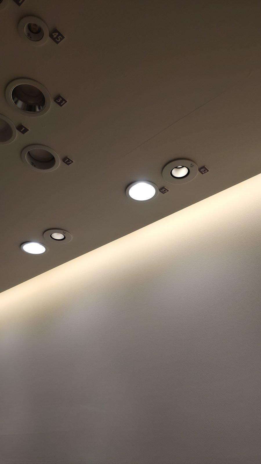 普通のダウンライト(左側)とピンホールダウンライト(右側)の違い