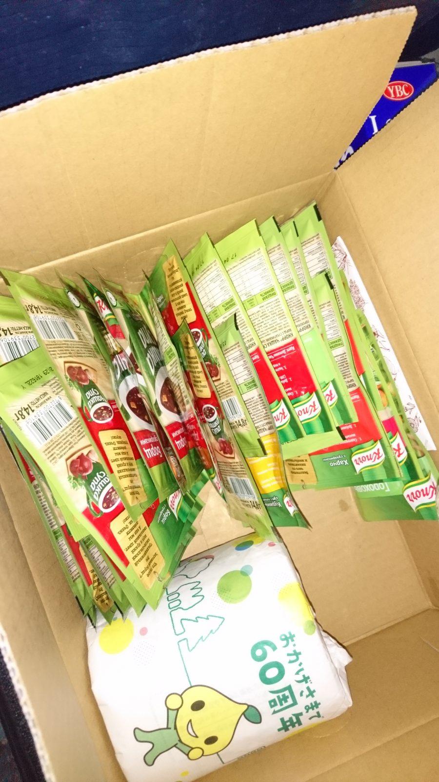 ロシアのスーパーで購入したインスタントのボルシチと日本から持参したトイレットペーパー